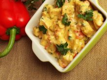 Filet z kurczaka z papryką w sosie serowym