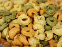 Sałatka z kolorowym makaronem, boczkiem i kukurydzą