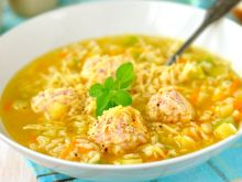 Zupa z cukinią, makaronem i klopsikami