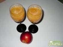 Alkoholowy napój z brzoskwiniami