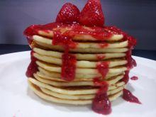Amerykańskie pancakes z sosem truskawkowym