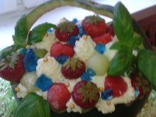 Arbuzowy koszyk z sałatką owocową i dodatkami
