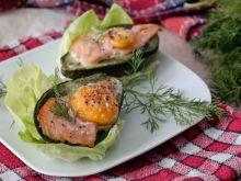Awokado z jajkiem i wędzonym łososiem