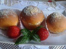 Babeczki drożdżowe z truskawkami