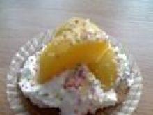 Babeczki z bitą śmietaną i owocami
