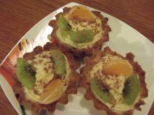 Babeczki z budyniowym kremem i owocami