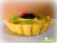 Babeczki z kremem budyniowym i owocami