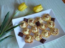 Babeczki z kremem budyniowym orzechami i czekoladą