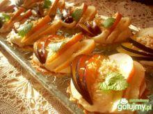 Babeczki z kremem chałwowym i owocami