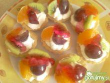 Babeczki ze śmietaną i owocami