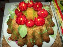 Babka w wersji letniej z truskawkami
