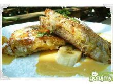 Bananowo-orzechowe tosty na wyspie toffi