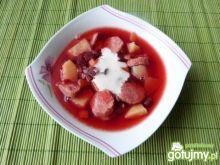 Barszcz czerwony z warzywami i kiełbasą
