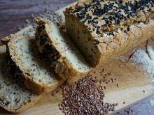 Bezglutenowy chleb drożdżowy z ziarnami i orzecham