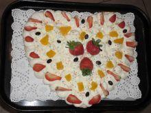 Bezowe serce z kremem i owocami