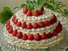 Bezowy tort z konfiturą różaną i truskawkami