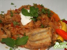 Biała kapusta z pomidorami i żeberkami