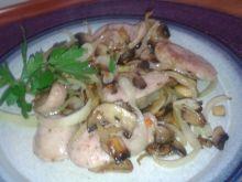 Biała kiełbasa smażona w pieczarkach i cebuli