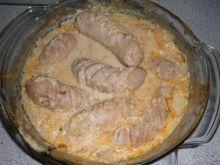 Biała kiełbasa zalana sosem chrzanowym