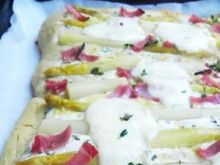 'Biała' pizza ze szparagami i szynką
