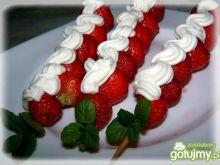 Biało-czerwone szaszłyki truskawkowe.
