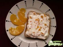 Biały ser z brzoskwiniami