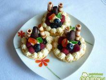 Biszkopciki z owocami i bitą śmietaną