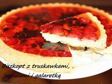 Biszkopt z truskawkami i jagodami i galaretką