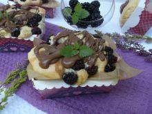 Biszkoptowe babeczki z jeżynami i czekoladą