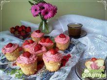 Biszkoptowe muffinki z kremem truskawkow