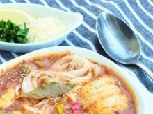 Bolońska zupa rybna z makaronem ryżowym