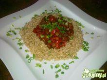 Brązowy ryż z pikantną potrawką.