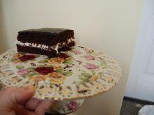 Brązowy torcik z białą masą i czekoladową polewą