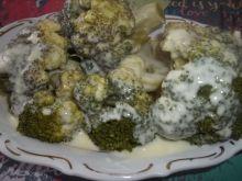 Brokuł polany sosem serowym