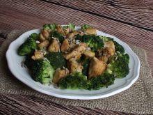 Brokuł z kurczakiem pod ziarnami słonecznika
