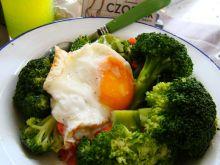 Brokuł z marchewką i jajem sadzonym