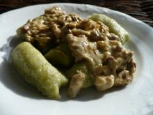 Brokułowe kopytka z sosem kurkowym