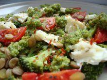Brokułowe pesto na sałatce z zielonej so