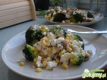 Brokuły z fetą i prażonymi ziarnami