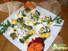 Brokuły z jajkiem  w sosie .