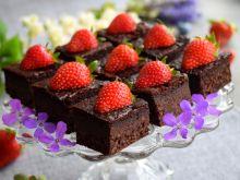 Brownie z kaszy jaglanej z truskawkami