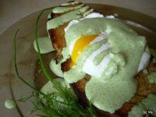 Bruschetta z jajkiem i zielonym sosem