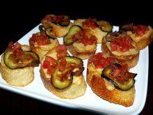 Bruschetta z pomidorami i chipsami z bakłażana