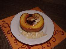 Brzoskwinie z miodem, czekoladą i migdałami