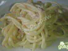 Bucatini z sosem serowym i salami