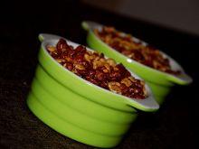 Budyniowy deser z gruszką i karmelowymi płatkami