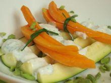 Bukiet młodych marchewek na cukinii