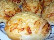 Bułeczki drożdżowe z serem żółtym