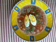 Buraczkowa z jogurtem podana z jajkiem