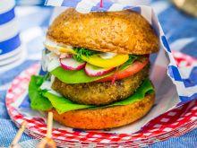 Burger wegetariański z awokado i śliwką kalifornijską